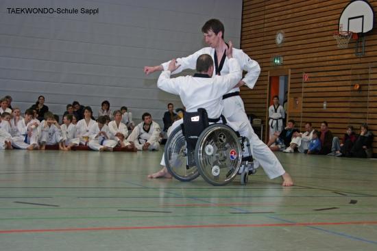 Rollstuhl-TAEKWONDO, Fingerspitzenbruchtest von Andreas Sappl bei seiner Prüfung zum 4. DAN, 24.3.2012